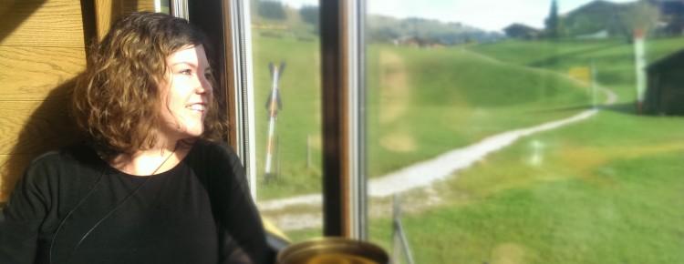 Ich, Rahel Radisli, im Nostalgie Zug vom Golden Pass zwischen Gstaad und Zweisimmen.